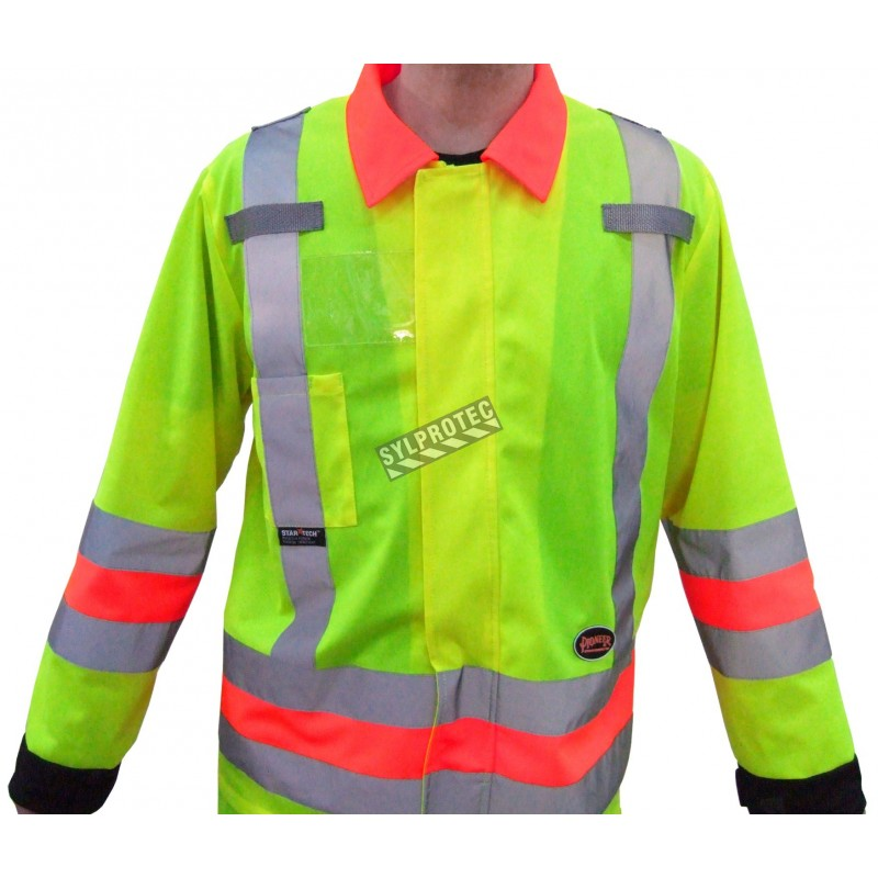 High-visibility coat for roadwork flaggers, compliant with new Transports Québec regulation. Size large (L).