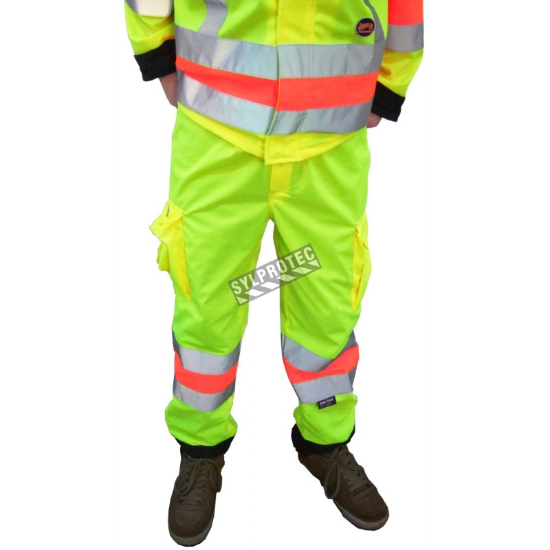 High-visibility pants for roadwork flaggers, compliant with new Transports Québec regulation. Size large (L).