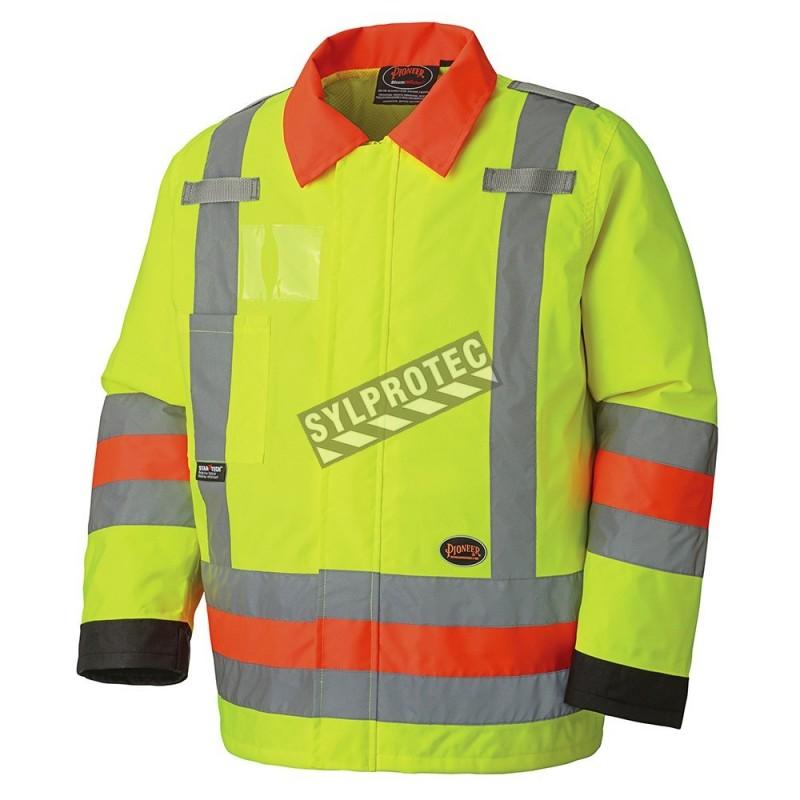 Manteau haute visibilité imperméable pour signaleur, conforme à la nouvelle norme de Transports Québec.