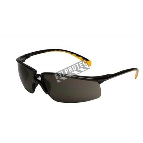 3M Privo protective eyewear with anti-fog treated grey polycarbonate lens. Offers balance between comfort, protection & fashion