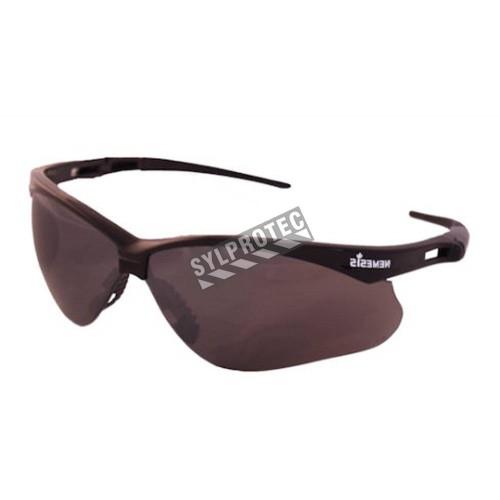 Lunette de sécurité Nemesis pour protection oculaire de Jackson Safety. Lentille miroir grise antibuée pour travail extérieur.