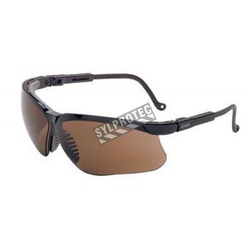 Lunette de sécurité Genesis pour protection oculaire par Uvex. Lentille antibuée couleur espresso pour activité quotidienne.