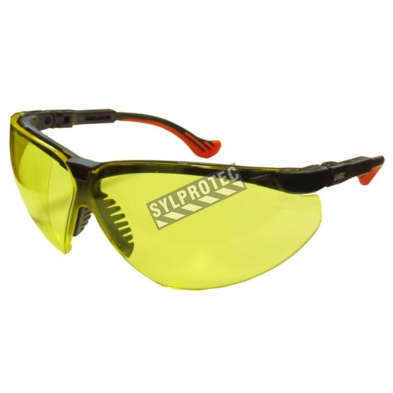 Lunette de sécurité Genesis pour protection oculaire par Uvex. Lentille ambrée & revêtement anti-rayure contre la lumière bleue.