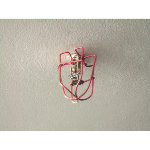 Protecteur économique pour tête de gicleur d'incendie, en métal à émail rouge.