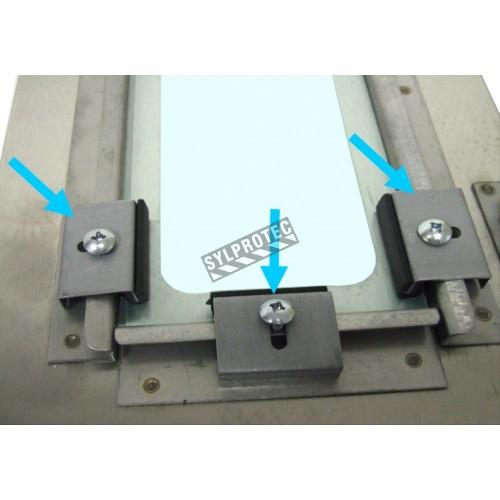 Ensemble de 8 attaches pour les panneaux en acrylique des cabinets encastrés pour extincteurs ou boyaux d'incendie.