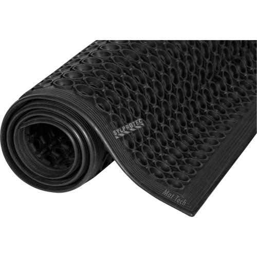 Carpette 1/2 po, fait de de caoutchouc vulcanisé noir avec des orifices d'écoulements cylindriques.