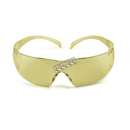 3M SecureFit protective eyewear with anti-fog treated amber polycarbonate lenses for protection from glare, hazes & blue light.