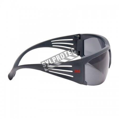 Lunette de sécurité SecureFit SF602FGAF pour protection oculaire de 3M. Lentille grise antibuée avec monture grise et rouge