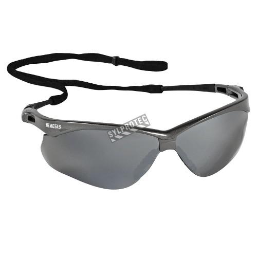 Lunette de sécurité Nemesis pour protection oculaire de Jackson Safety. Lentille grise antibuée pour travail extérieur